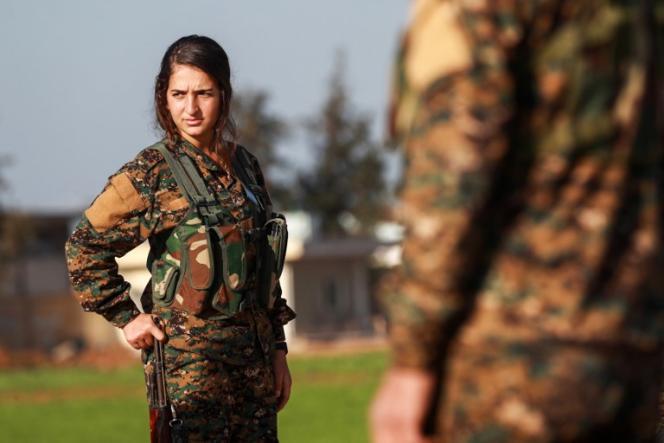 Une combattante kurde des Unités de protection de la femme (YPJ) àTal Tamr, au nord-est de la Syrie, le 21 décembre 2018, lors des funérailles d'un soldat des forces démocratiques syriennes tué par l'organisation Etat islamique.