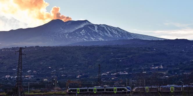 Une importante colonne de fumée s'échappait toujours de l'Etna, le 26 décembre.