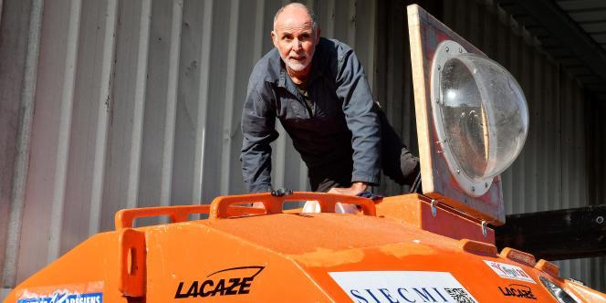 Jean-Jacques Savin prépare sa traversée de l'Atlantique avec son tonneau aux allures de capsule spaciale, le 15 novembre.