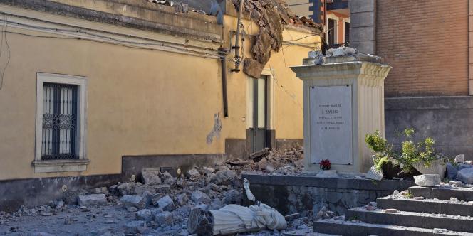 Dans la commune d'Acireale, la statuede Sant'Emidio, considérée comme protectrice contre les temblements de terre, détruite.