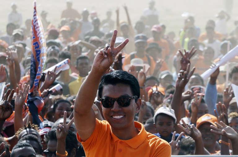 Andry Rajoelina salue ses partisans durant un meeting électoral à Antananarivo, le 17 décembre 2018.