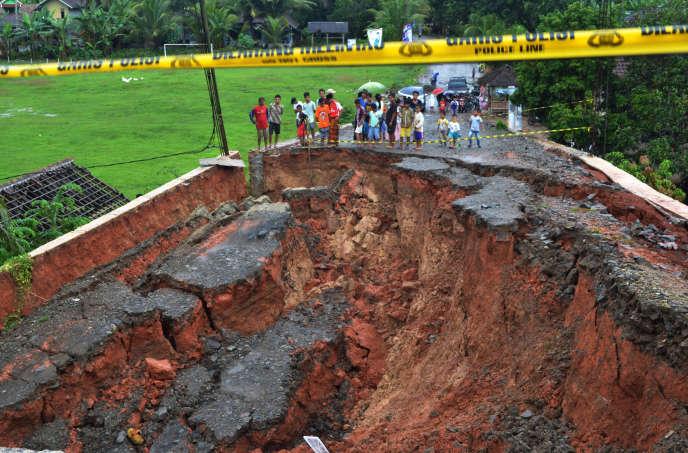 Un pont effondré à Lebak, en Indonésie, le 26 décembre.