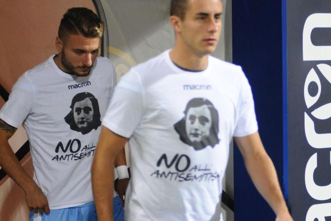 Les joueurs de la Lazio portant un maillot à l'effigie d'Anne Frank après le détournement de leurs supporteurs.