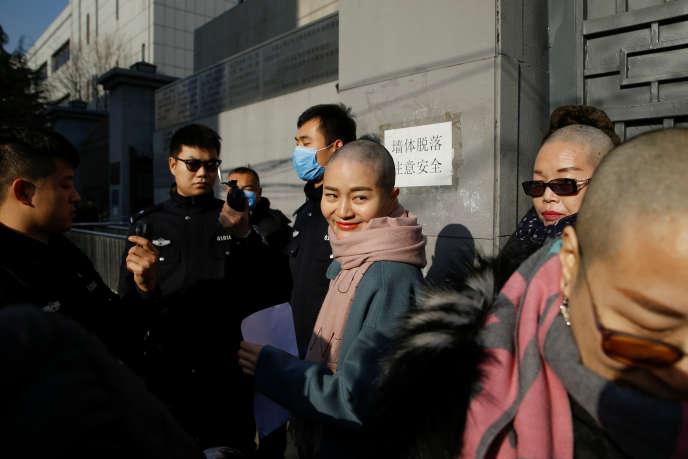 La police empêche Li Wenzu, Liu Ermin et Wang Qiaoling, les épouses de trois des défenseurs des droits humains arrêtés, d'entrer dans le bâtiment de la Cour suprême chinoise, pour plaider la cause de leurs maris, à Pékin, le 17 décembre 2018.