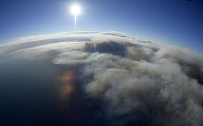 Panaches de fumée au-dessus de l'océan Pacifique, depuis un hélicoptère près de Los Angeles, le 9 novembre 2018.