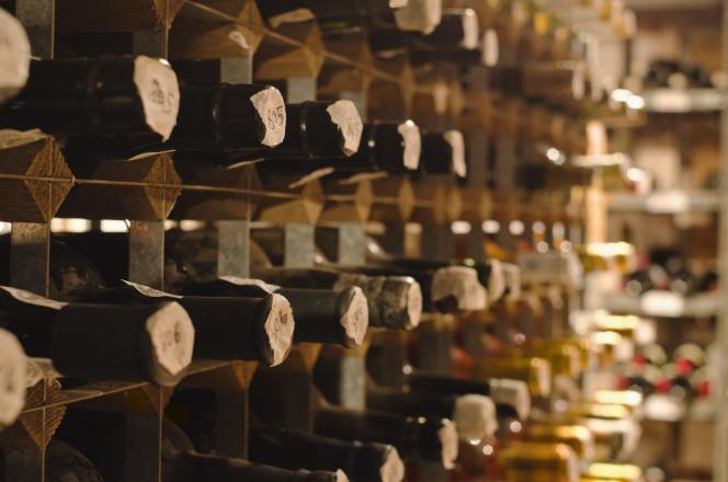 Un cellier de vieilles bouteilles.