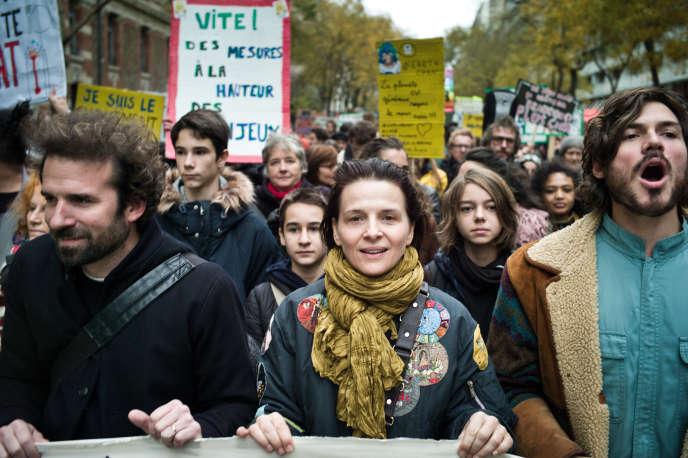 Cyril Dion et Juliette Binoche en tête du cortège de la Marche pour le climat, à Paris, le 8 décembre.