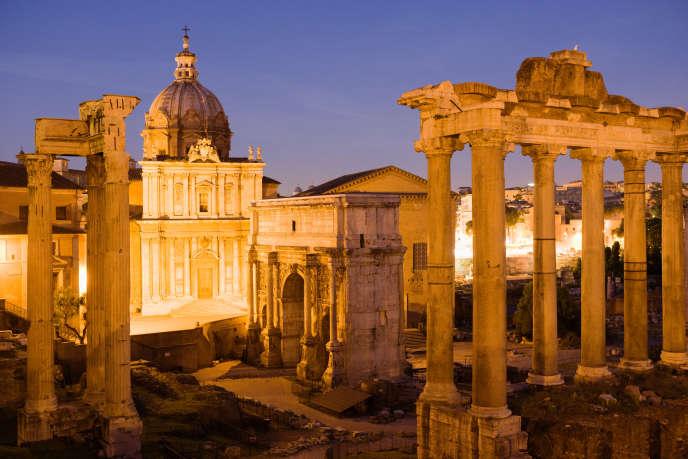 Crépuscule sur les ruines du Forum romain, à Rome.