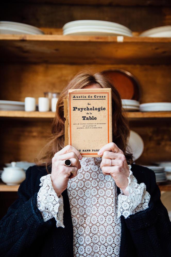 Comme Marie Marchand se cache derrière ce livre, il est coutumier de dire que derrière chaque grand chef se cache une femme.
