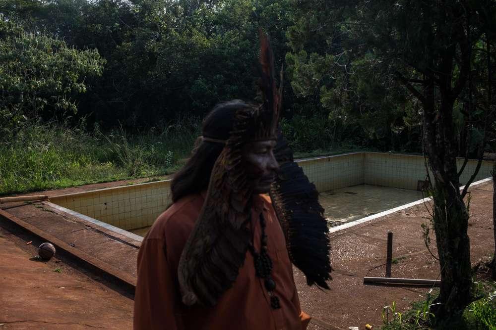 Lors du conflit agraire, les Indiens retournent à la terre en chassant les agriculteurs de la région. Ici, le chef guarani Narciso observe le siège d'un ranch dans une région reprise par son groupe cette année-là.