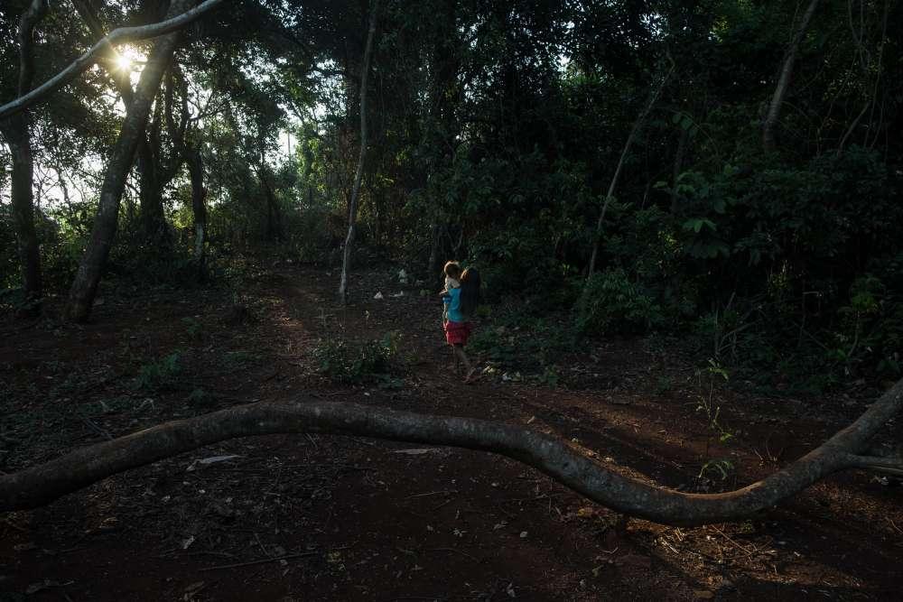 Une fillette guarani se promène dans le village autochtone de Bororó avec son frère cadet. La ségrégation raciale est un problème grave dans la ville de Dourados. Les enfants autochtones ont leur propre école et sont souvent discriminés.