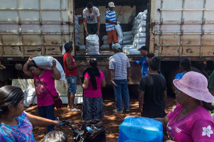 Il était sept heures du matin lorsque la ligne se formait déjà. Le chaud soleil a poussé des centaines d'indigènes appartenant aux groupes ethniques guarani et kaiowá dans l'ombre des arbres. Chaque mardi à 10 heures, un camion contenant des colis de nourriture est distribué gratuitement aux Indiens.