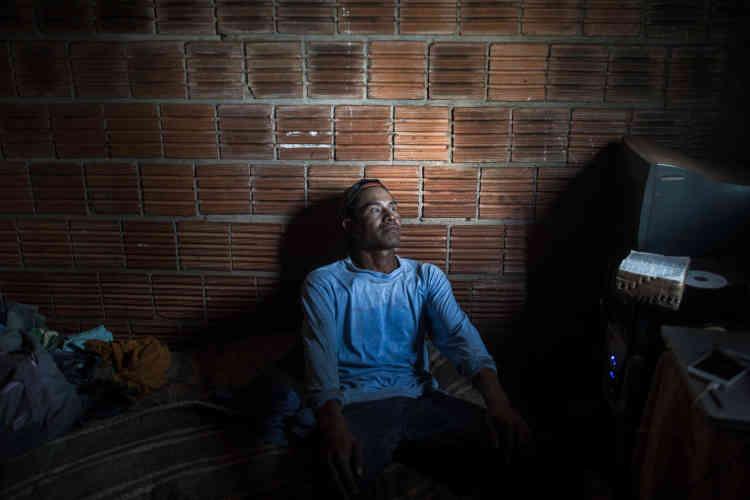 Acio, indien kaiowá, a été aveuglé après avoir été touché par une balle en caoutchouc tirée par les agriculteurs lors d'une attaque sur la zone de résurrection de Vila Bororó. Au Brésil, seule la police est autorisée à porter ce type d'arme. Les dirigeants autochtones affirment que la police locale aide les agriculteurs lors des attaques contre les camps.