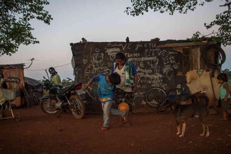 Claudio, 7 ans, joue au football avec sa sœur dans la zone de réinstallation de Ywuwerá où ils campent et vivent depuis mars 2016. Dans cette région, où vivent 25 familles, les conflits avec les agriculteurs ont cessé depuis deux ans.