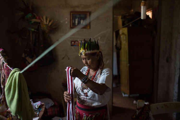 Nhandesy Tereza, 79 ans, est la chef spirituelle de son village et responsable de la préservation des traditions autochtones malgré un processus de perte d'identité culturelle. Elle s'oppose à la présence croissante d'églises évangéliques dans les territoires autochtones.
