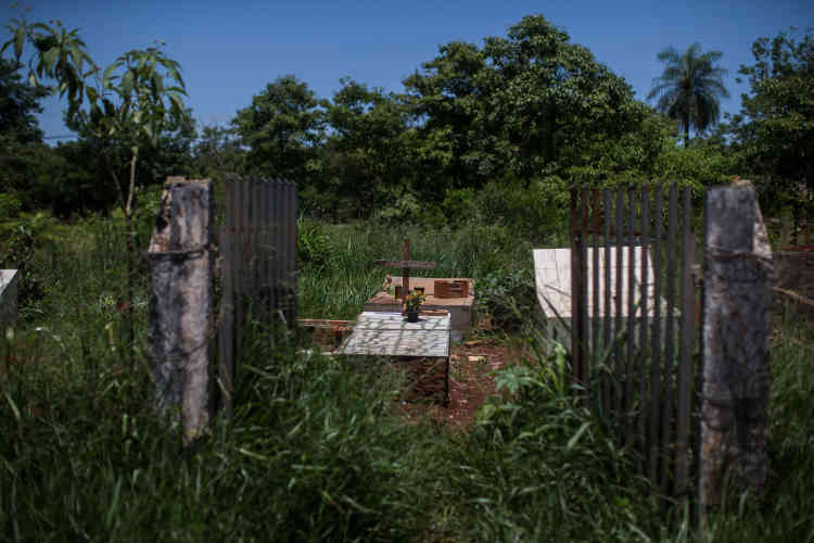 Le cimetière, avec de simples tombeaux et des remparts mal gardés sur les rives de l'autoroute BR-156, révèle un aspect crucial pour comprendre les conflits agraires au Brésil: les peuples autochtones vivent en marge de la société depuis la période de colonisation portugaise.