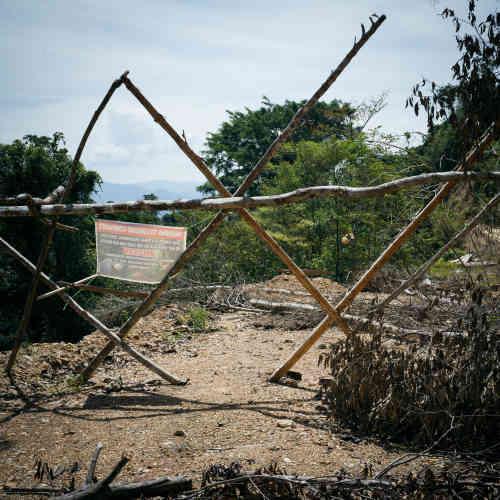 Barricade de bambous érigée par la communauté de Peng Mengut contre un début de route construite par le société Lee Ling, sur leur territoire. Ces terres ont été cartographiées et revendiquées par deux groupes: celui de Selai Sega et celui de Peng Mengut. L'entente voulait que chacun y partage le même droit de chasse.