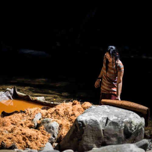 Uen Along, la femme de Peng, dans ses activités d'extraction du sago.