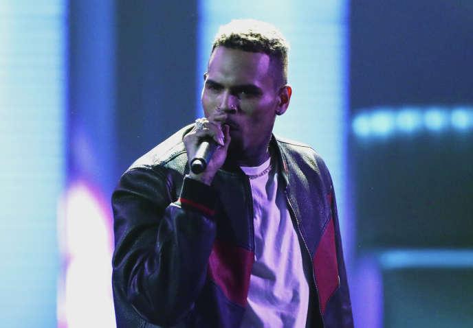 Chris Brown sur la scène du Microsoft Theater à Los Angeles, le 25 juin 2017.