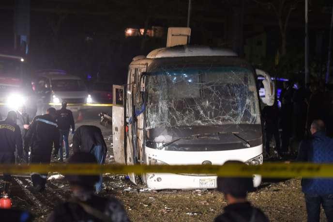 Les enquêteursaprès l'attaque,dans le quartier d'Al-Marioteya à Gizeh (Egypte), le 28 décembre.