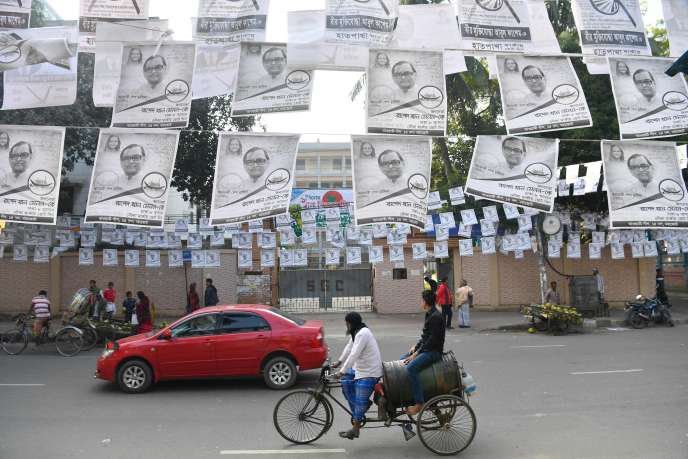 Des affiches de campagne pour Sheikh Hasina, la première ministre du Bangladesh, à Dacca, le 28 décembre.