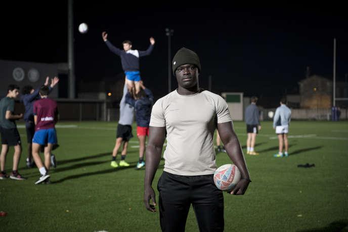 Portrait d'Omar, jeune réfugié sénégalais, pendant un entrainement avec l'association