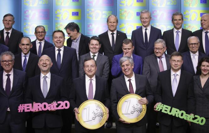 Au centre, à gauche, Mario Draghi, président de la Banque centrale européenne, lors d'une réunion de l'Eurogroupe, à Bruxelles, le 3 décembre.
