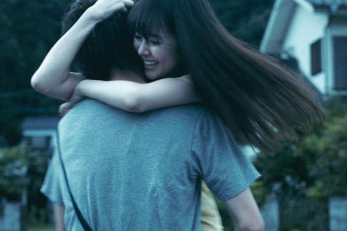 Masahiro Higashide (de dos) et Erika Karata dans« Asako I & II», deRyusuke Hamaguchi.