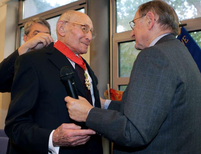 Georges Loinger (à gauche), président de l'Association de la Résistance juive de France (ARJF), reçoit les insignes de commandeur de la Légion d'honneur, le 19 septembre 2005 à Paris.