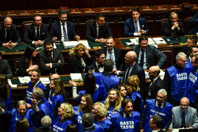 Des députés du parti de droite « Forza italia» portent une veste bleue avec l'inscription« Stop aux impôts »lors d'une séance parlementaire pour le vote du budget italien pour 2019, le 29 décembre.