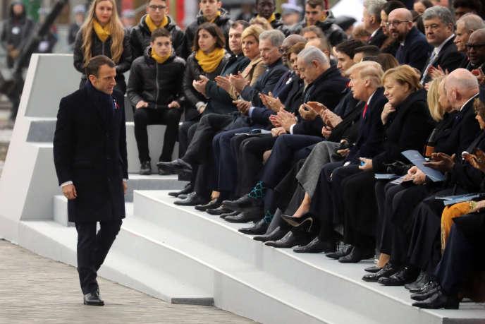 Emmanuel Macron applaudi par les 80 dirigeants des pays rassemblés pour commémorer la fin de la Grande Guerre,à Paris, le 11 novembre.