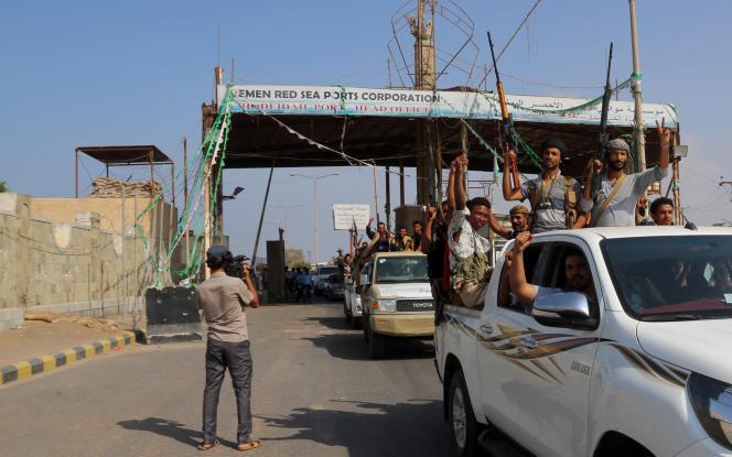 Des rebelles houthistes, dans le port d'Hodeïda, le 29 décembre, alors qu'ils amorcent leur retrait de la ville portuaire.
