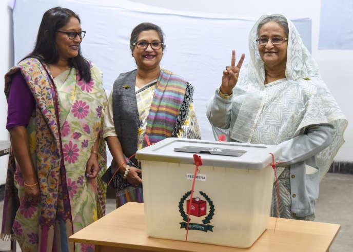 La première ministre du Bangladesh, Sheikh Hasina, vote dans la capitale Dacca, le dimanche 30 décembre.