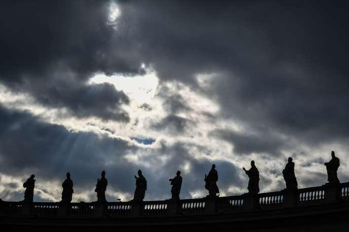 Les statues des saints sur les colonnes de la place Saint-Pierre, au Vatican, le 30décembre 2018.