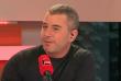 Chaque dimanche, de 12 heures à 13 heures, Le Monde s'associe à France Inter et France Télévisions pour animer et diffuser l'émission « Questions politiques », présentée par Ali Baddou.