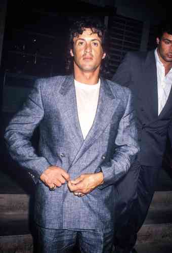 Comment percer à Hollywood ? En courant les castings, en jouant dans un porno pour payer le loyer, en écrivant Rocky, en y interprétant le rôle principal et puis en enchaînant avec Rambo. A 40 ans, Sylvester Stallone a déjà fait tout ça. Mais il n'oublie pas que le plus important reste, évidemment, de porter un costume qui en jette. En l'occurrence, celui-ci, taillé dans un lin lui conférant cet inimitable aspect tramé, remplit la fonction. Trop sans doute.