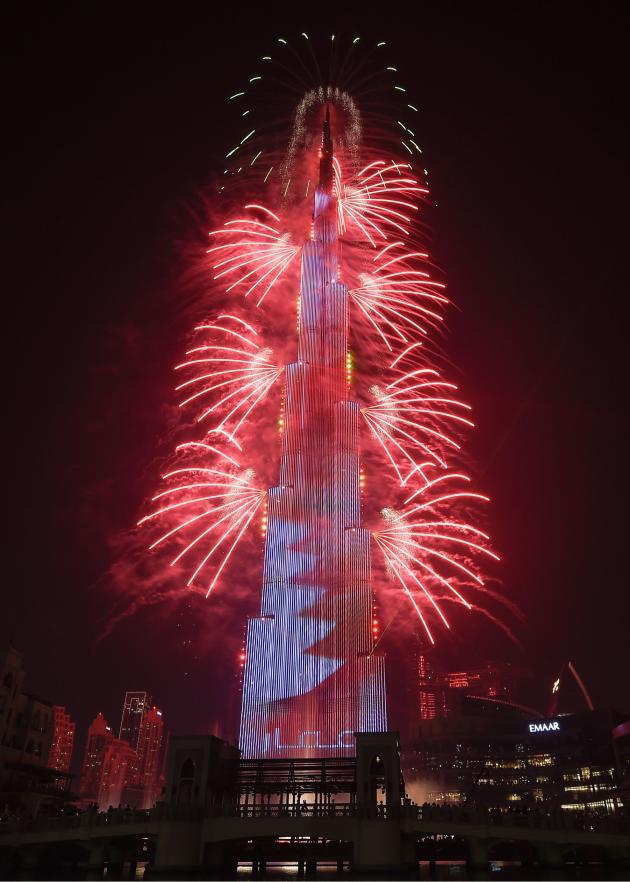 Le feu d'artifice du Burj Khalifah, considéré comme l'immeuble le plus haut du monde, à Dubaï.