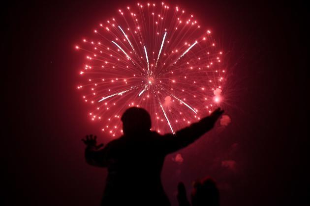 Un homme admire le feu d'artifice à Karachi, au Pakistan, le 1er janvier.