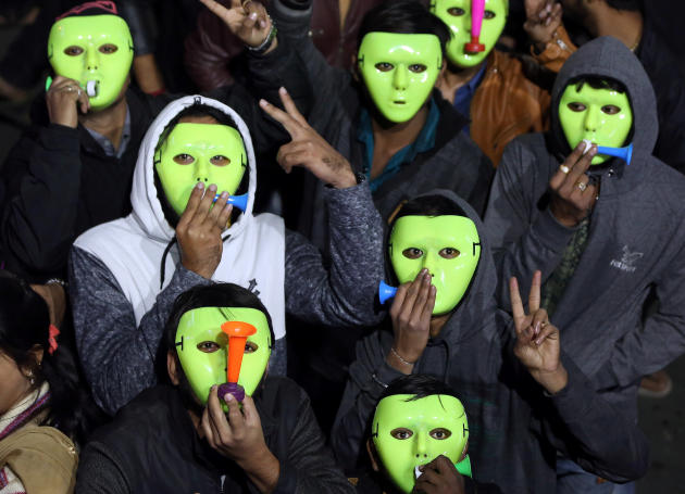 A Ahmedabad, en Inde, les fêtards portent des masques.
