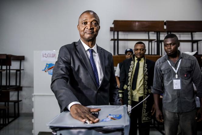 Le candidat Emmanuel Ramazani Shadary vote dans un bureau de vote du quartier de La Gombe, à Kinshasa, le 30 décembre.