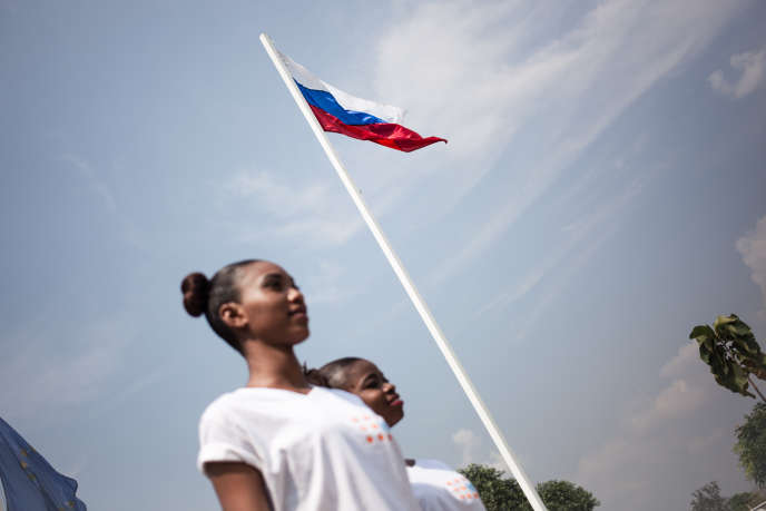 Le drapeau russe flotte à Bangui lors du concours de Miss Centrafrique, le 9décembre 2018.