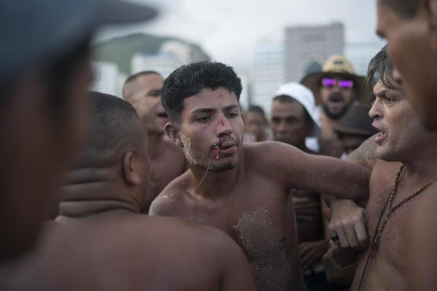 A Rio de Janeiro, au Brésil, des habitants tabassent un homme qu'ils accusent d'être un pickpocket, le 31 décembre.