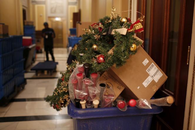 A la Chambre des représentants, le 31 décembre, les poubelles se remplissent avant la prise de fonctions des nouveaux élus.