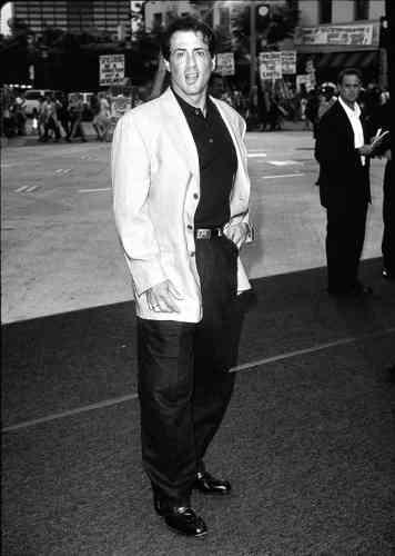 Onze ans plus tard, malgré une concurrence exacerbée (Arnold Schwarzenegger, Bruce Willis, Jean-Claude Van Damme…) et une filmographie contestable (Judge Dredd, Assassins, Daylight, L'Embrouille est dans le sac…), Sylvester Stallone reste une star à Hollywood. A quoi cela se voit-il ? A cette veste destructurée taillée dans un canevas absolument immaculé. Trop sans doute.