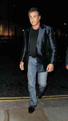 A l'affiche de Creed II, qu'il a coécrit et dans lequel il reprend le rôle de Rocky, Sylvester Stallone continue de remplir les salles. Et d'arborer les pires matières disponibles sur le marché. Ainsi, après le lin métallisé et la soie sauvage, le voici affublé d'un costume taillé dans un tissu dit sharkskin, ou «peau de requin», à l'aspect texturé et aux reflets très brillants. Trop, n'est-ce pas ?