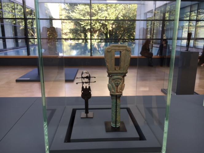 Deux sistres, l'un en bronze, l'autre en faïence, dont les sons de crécelle apaisent le dieu, raniment ses sens pour assurer la fertilité du royaume. Une rituel réalisé par une femme de pouvoir, au sommet du clergé thébain, l'adoratrice ou«épouse du dieu».