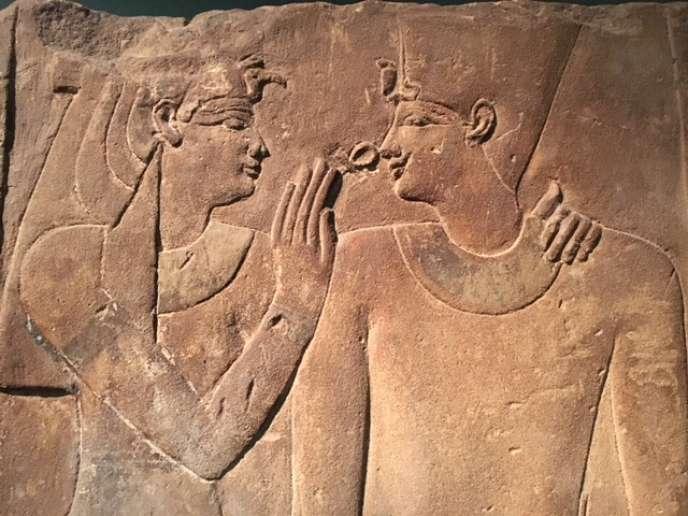 Relief du roi Nectanabo II (360-342 av. J.-C.) recevant le souffle de vie d'une déesse. Thèbes, temple d'Amon, Karnak nord. Décrit par Jean-François Champollion. Don du comte de Saint-Ferriol, 1916.