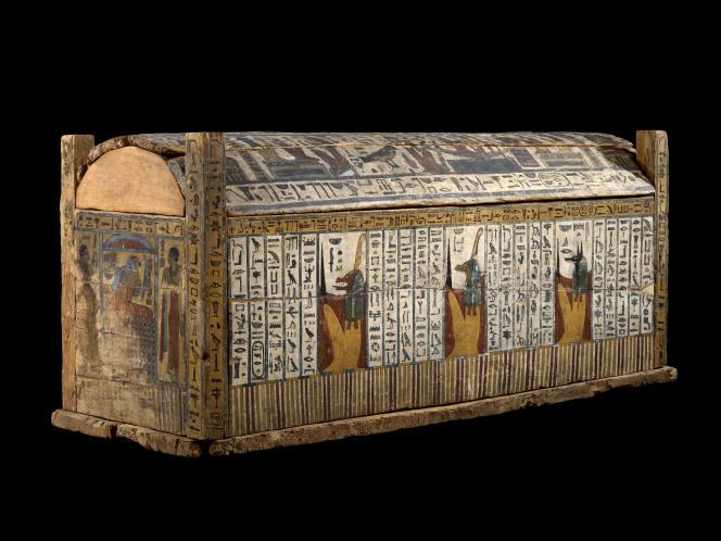 Le cercueil extérieur en bois peint de la princesse Irbastetoudja, fille de Takélot III (vers 725 av. J.-C.), conservé au Musée du Louvre .