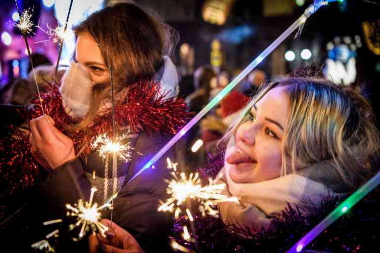 Two women celebrate the New Year on Tverskaya street in central Moscow, on January 1, 2019. / AFP / Mladen ANTONOV
