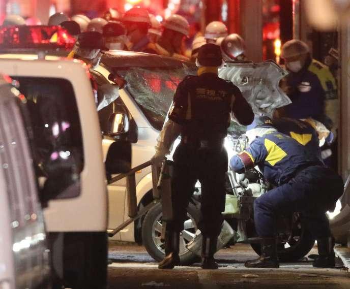 La police inspecte le véhicule qui a été projeté sur la foule, mardi 1er janvier, à Tokyo.
